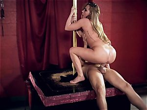 Carter Cruise wedges her intercourse gimps hung fuckpole into her bum
