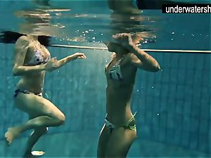 2 spectacular amateurs showcasing their bods off under water